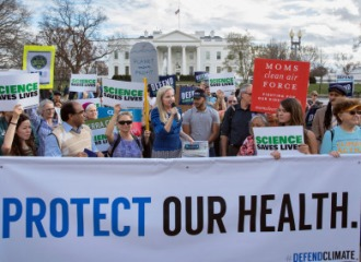 抗议者在集会上举着宣传科学的标语