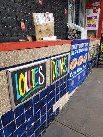 霍克斯伯里商店。邮局的个人储物柜放在各种标志上面,上面写着: