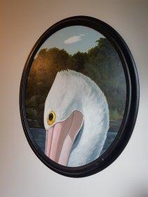 白墙上挂着一幅鹈鹕的眼睛和脖子的椭圆画