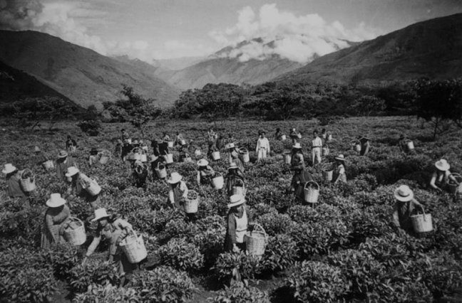 Quechuan workers in the field appear to be supervised by a Spanish landowner